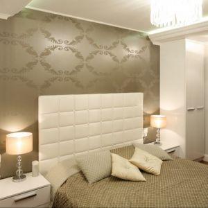 Sypialnia urządzona w jasnych kolorach. Białe łóżko z wysokim tapicerowanym zagłówkiem świetnie ociepla aranżację. Fot. Karolina Łuczyńska. Fot.Bartosz Jarosz