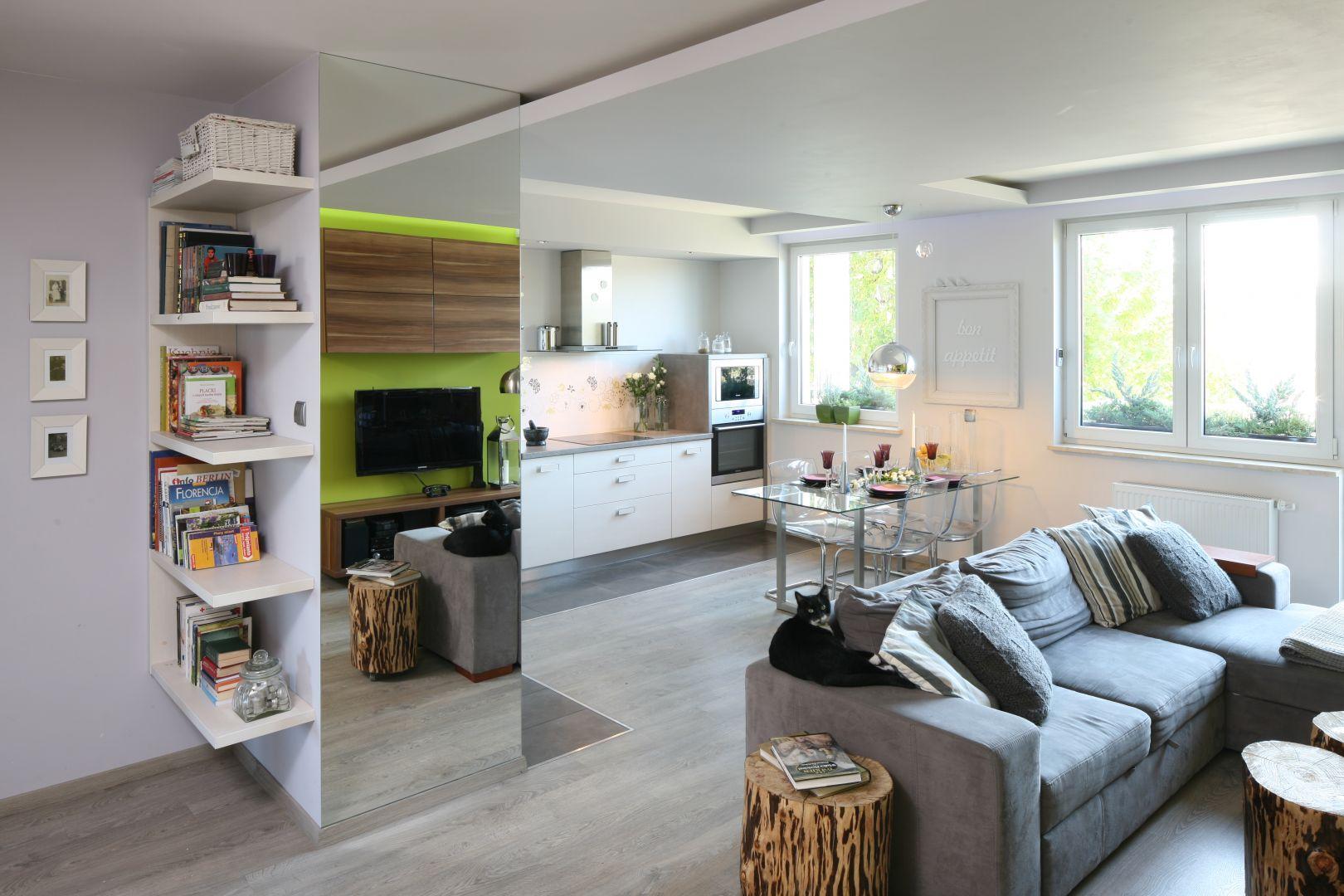W małym pomieszczeniu warto stosować lustra. Naturalnie powiększają one powierzchnię. Lustro sprawdzi się w salonie, ale można je powiesić również w kuchni. Projekt: Arkadiusz Grzędzicki. Fot. Bartosz Jarosz