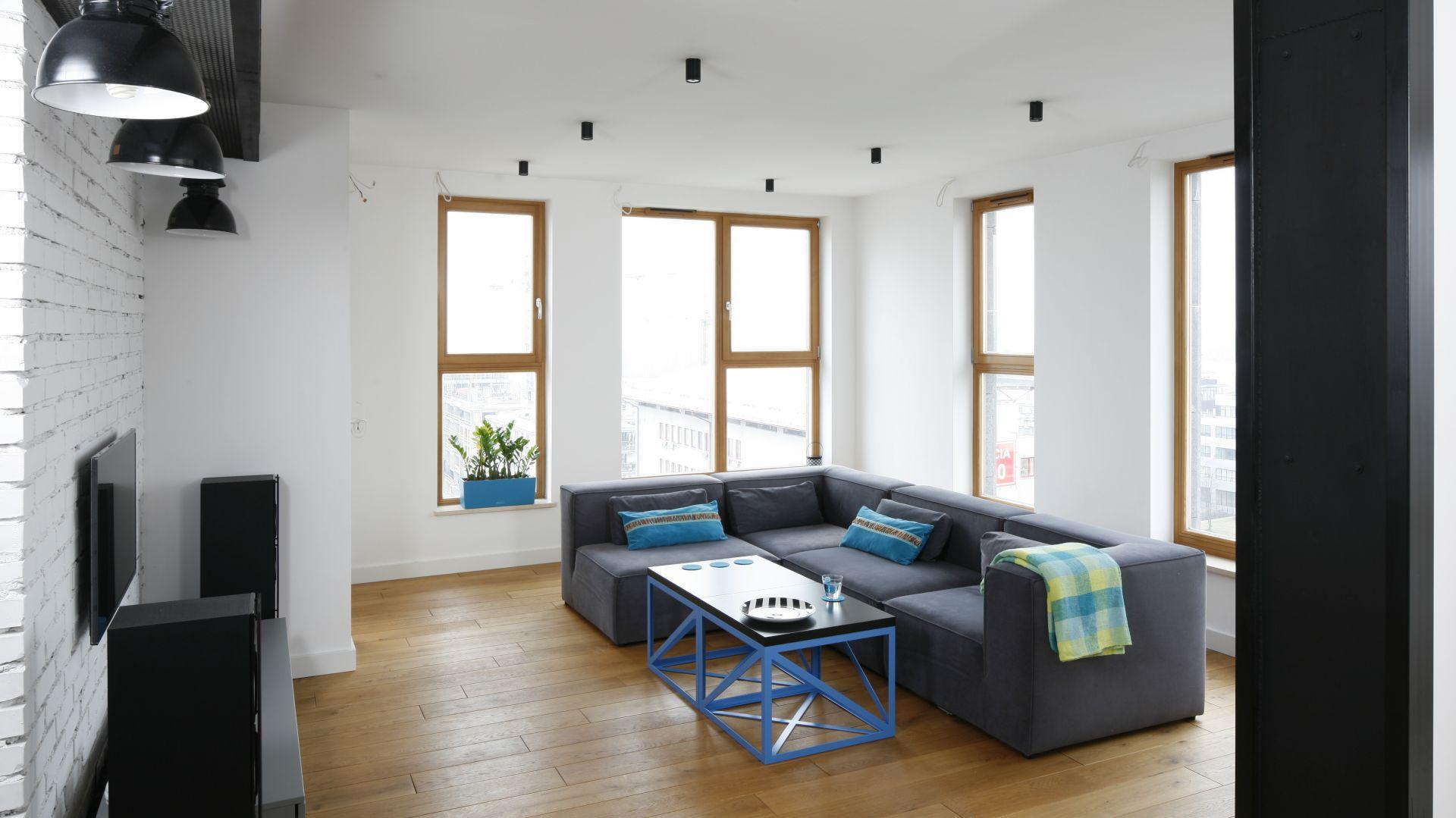 Minimalistyczne wnętrza nie lubią zbyt wielu mebli i przedmiotów. Niezakłócona niczym powierzchnia pozwala na spokojny odpoczynek. Projekt: Monika i Adam Bronikowscy. Fot. Bartosz Jarosz