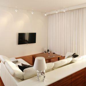 Wnętrze zaaranżowane w minimalistycznym stylu. Telewizor stanowi jedyną ozdobę ściany. Projekt: Katarzyna Kiełek, Agnieszka Komorowska-Różycka. Fot. Bartosz Jarosz