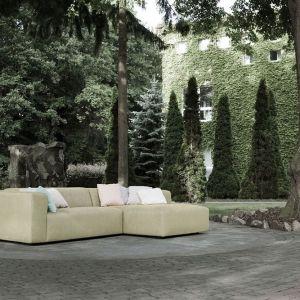 Sofa Milano pokryta naturalnym lnem jest przyjemna w dotyku. Fot. Sits