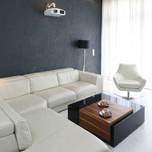 W minimalistycznym salonie, gdzie brak dodatków i ozdób, powinien stanąć równie prosty w stylistyce stolik kawowy. Projekt: Dominik Respondek. Fot. Bartosz Jarosz