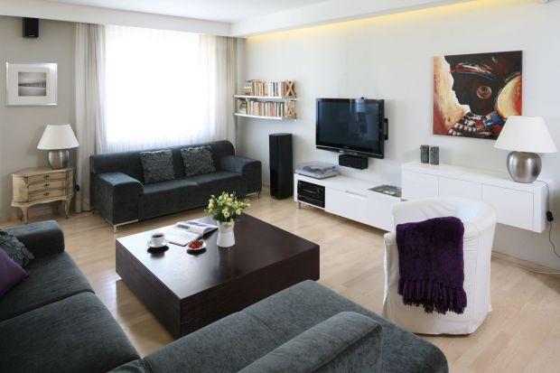 Wiszący telewizor może być najważniejszym elementem ściany w salonie, ale może też stanowić tylko element całego układu aranżacyjnego. Wszystko zależy od tego, jaki mamy pomysł na zagospodarowanie tej części wnętrza.