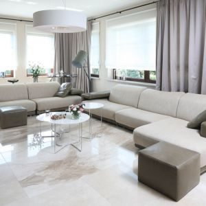 W wielkim salonie sprawdzi się równie wielka sofa. Jeśli potrzebujesz wiele miejsca dla gości, wybierz sofę modułową, która składa się z wielu elementów. Projekt: Katarzyna Koszałka. Fot. Bartosz Jarosz