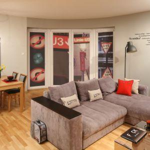 Przytulna jadalnia zainspirowana stylem loft. Stolik harmonijnie komponuje się z drewnianą podłogą. Projekt: Iza Szewc. Fot. Bartosz Jarosz
