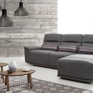 Narożnik Virgo posiada funkcje relaks, zarówno elektryczne, jak i manualne. Wysokie oparcie, lekko odchylone do tyłu zapewnia plecom stabilne podparcie. Fot. Etap Sofa