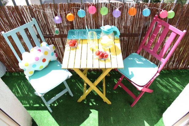 Klasyczny komplet składanych mebli ogrodowych, zyskał nowe życie dzięki farbom w sprayu. Pomalowane na żywe, letnie kolory, stały się prawdziwą ozdobą balkonu.