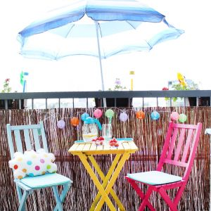Jeśli malujemy meble, które będą zdobiły taras czy balkon, warto zabezpieczyć je przed szkodliwym działaniem deszczu i słońca, np. lakierem. Fot. Refreshing