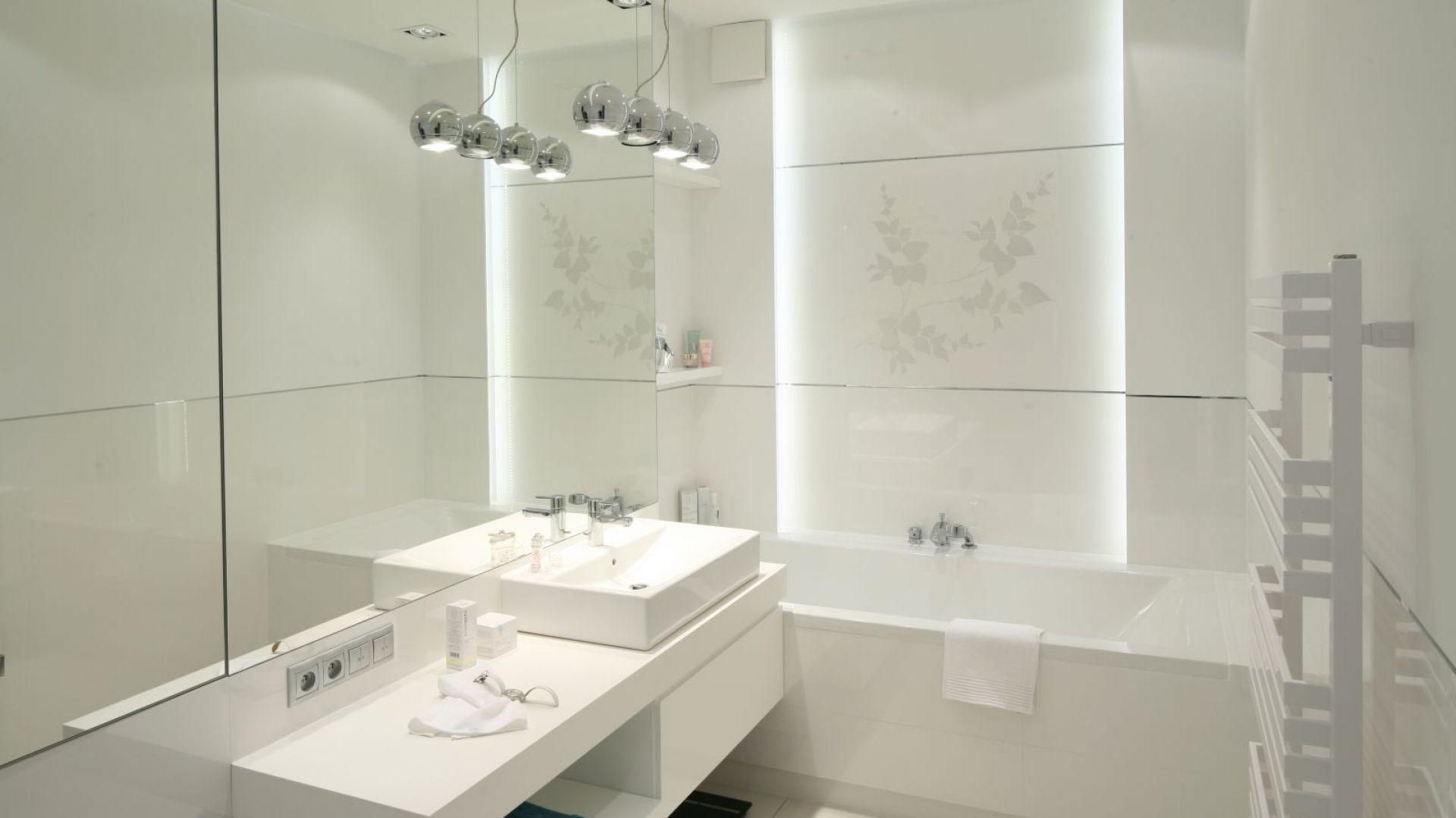 Białe płytki, biała ceramika, grzejnik i dodatki. Łazienkę w całkowitej bieli można ożywić wybierając glazurę z wzorem. Projekt: Anna Maria Sokołowska. Fot. Bartosz Jarosz