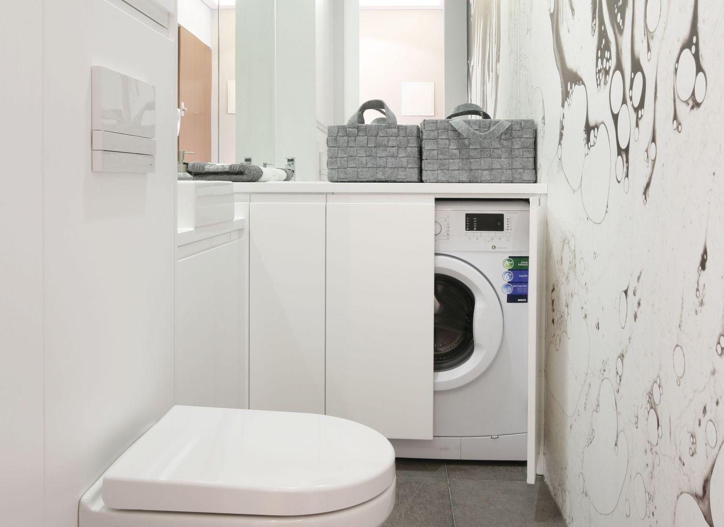 Biel do małej łazienki będzie najodpowiedniejszym kolorem. Powiększy ją optycznie i rozjaśni. Projekt: Karolina Łuczyńska. Fot. Bartosz Jarosz
