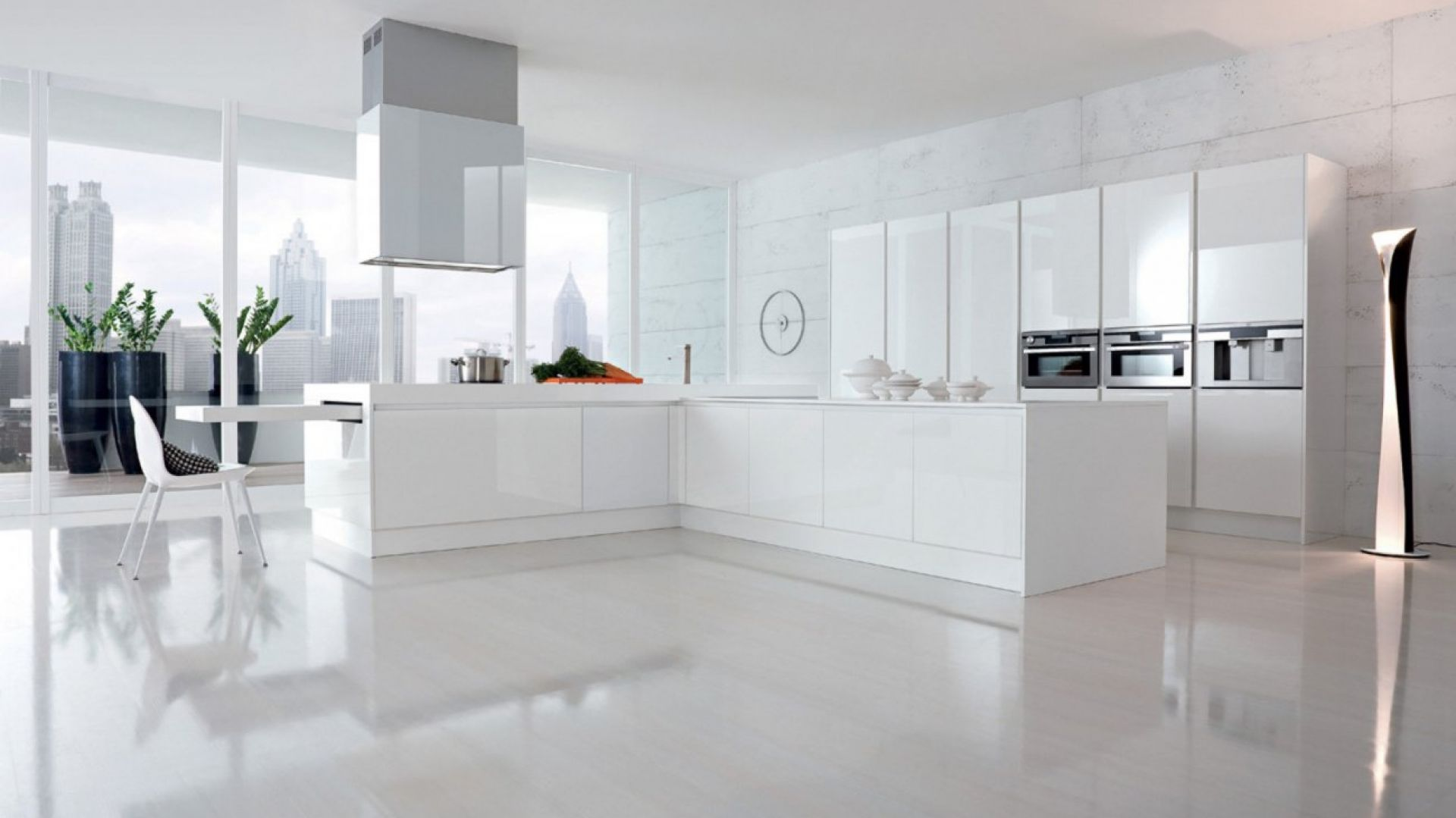 Jeśli nie boimy się mebli o odważnym wzornictwie np. w wykończeniu wysoki połysk, zainwestujmy w kuchnię w kolorze białym. Fot. Doimo Cucine