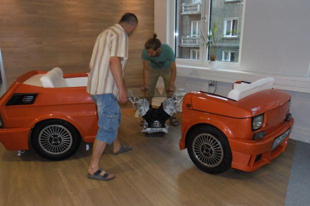 To chyba pierwszy samochód, który wjechał na 4 piętro. Zobacz jak można zrobić sofę, inspirowanąmotoryzacją. To prawdziwa gratka dla pasjonatów czterech kółek, którzy marzą o ciekawym urządzeniu swojego mieszkania.<br /><br />
