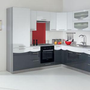 Kuchnia Smile Textile White Black dedykowana jest do małych wnętrz. W takiej szaro-białej kuchni z pewnością dobrze poczują się miłośnicy prostych rozwiązań. Fot. Stolkar