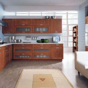 Kuchnia z kolekcji 35th Park Avenue. Przeszklenia w drewnianych frontach sprawiają, że kuchnia prezentuje się lekko, pomimo dużej ilości szafek. Fot. Black Red White