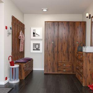 Przedpokój Indiana wyróżnia się bogatym rysunkiem drewna. Pojemna szafa pomieści odzież i obuwie. Fot. Black Red White