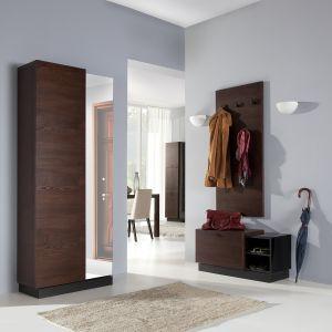 Kolekcja Quartz zawiera praktyczną, obrotową szafę, wyposażoną w wysokie lustro i ruchome półki. W skład kolekcji wchodzi także szafka na obuwie, mogąca pełnić funkcję ławeczki oraz elegancka deska wieszakowa. Fot. Bydgoskie Meble