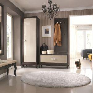 W skład kolekcji Laviano wchodzi szafa, szafka na obuwie, deska wieszakowa, tapicerowana ławeczka oraz wysokie lustro. Przedpokój Laviano to przedłużenie kolekcji do salonu. Elementy wzajemnie uzupełniają, co zapewnia spójność aranżacyjną w mieszkaniu. Fot. Bydgoskie Meble