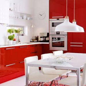 Kuchnia Metod to modne połączenie bieli i jaskrawej czerwieni. Wgląda nie tylko stylowo, ale posiada także mnóstwo pomysłowych funkcji, które zdecydowanie ułatwią codzienne życie. Fot. IKEA