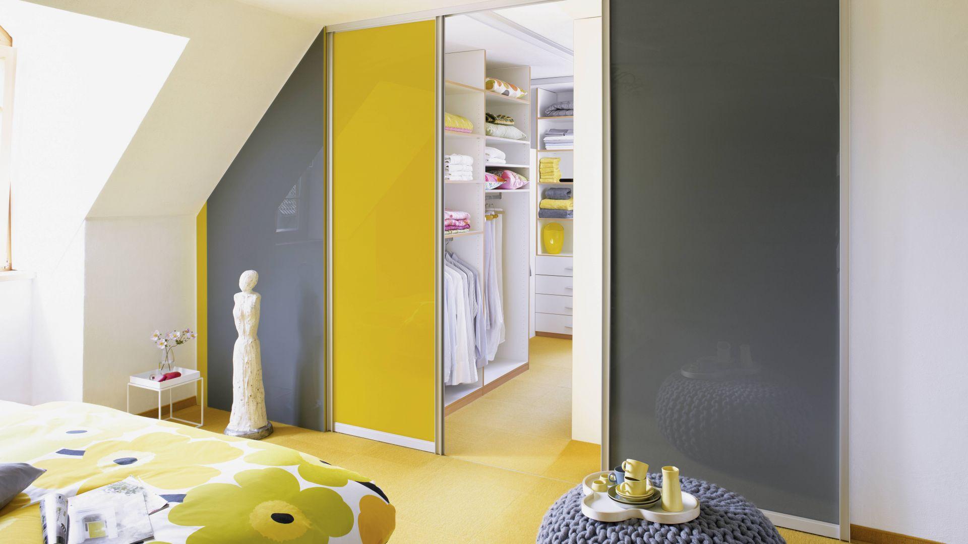 Duet kolorów żółtego z szarym to hit w aranżacji wnętrz. Neonowe lub kanarkowe akcenty żółci pięknie wyglądają na tle neutralnej szarości. Fot. Raumplus
