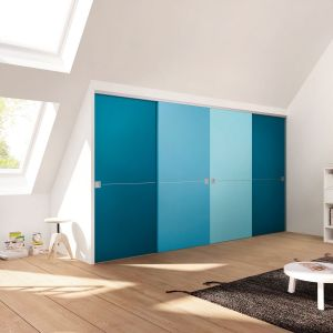Fronty szafy mogą być wykonane z bardzo różnych materiałów. Wśród nich możemy wymienić lustro, płyty laminowane, kolorowe szkło, fornir czy maty naturalne. Fot. Raumplus