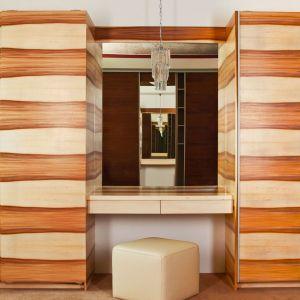 Wykonawcy projektujący szafy na wymiar oferują wypełnienia frontów imitujące różne gatunki drewna – od krajowych po egzotyczne. Fot. Sevroll