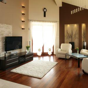 Kolor brązowy tworzy w salonie przyjemny nastrój i działa relaksująco, co sprzyja wypoczynkowi. Aranżację salonu w brązowej kolorystyce można zaplanować w klasycznej, jak i nowoczesnej wersji. Projekt: Kinga Śliwa. Fot. Bartosz Jarosz