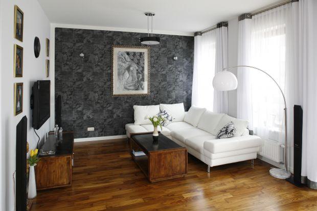 Modny, nowoczesny salon musi być zarazem ciepły, jak i przytulny. Jak to sprawić? Pomogą w tym odpowiednio dobrane meble oraz dekoracje.