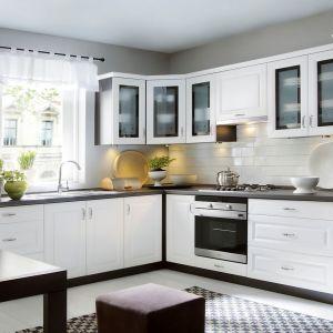 Biała kuchnia dostępna w ramach kolekcji Family Line. Przeszklone szafki górne pięknie eksponują domową zastawę. Fot. Black Red White