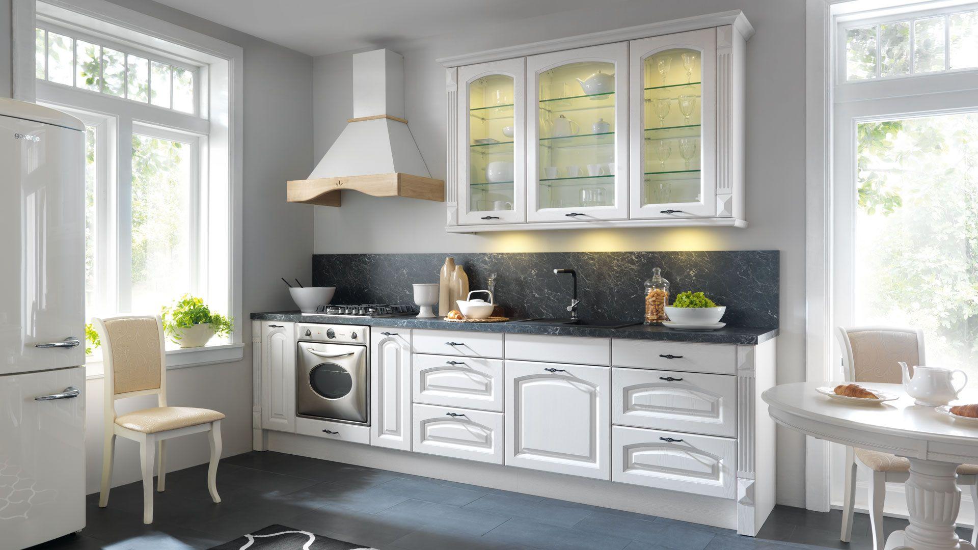 Kuchnia Royal Frigg to doskonała propozycja do niewielkich przestrzeni. Ciekawym elementem jest oświetlenie w witrynach, które w otwartej na salon kuchni, może stanowić dodatkowe źródło światła. Fot. BRW