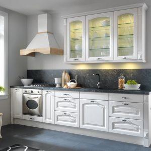 Kuchnia Royal  z frontem Frigg. Górne szafki bogate w przeszklenia, dodają wnętrzu lekkości. Fot. Black Red White