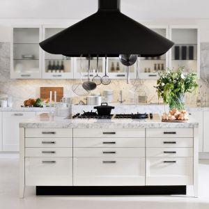 Biała kuchnia zainspirowana stylistyką skandynawską. Przeszklone fronty górnej zabudowy nadają zabudowie lekkości i przestrzeni. Fot. Elmar Cucine
