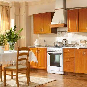 Kuchnia Nika świetnie sprawdzi się w małej kuchni. Szafki wykończone są okleiną w ciepłym dekorze drewna. Fot. Black Red White