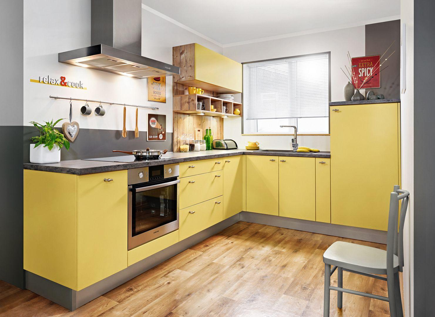 Kuchnia KAMPlus w ciepłym żółtym kolorze prezentuje się bardzo oryginalnie. Świetnie sprawdzi się w mieszkaniu w bloku. Fot. KAM