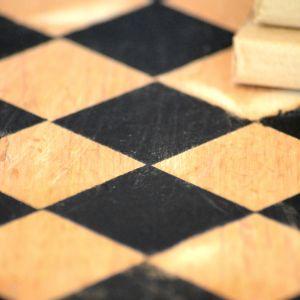 Gdy pierwsza warstwa lakieru dokładnie wyschnie, czynność powtarzamy, zakrywając tym razem pomalowane romby. W ten sposób powstaje kolejna warstwa rombów. Fot. Deco-Szuflada
