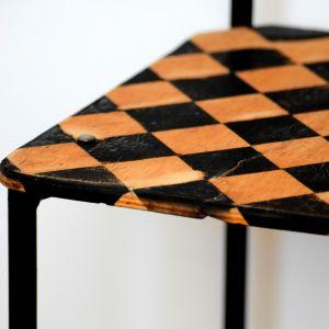Kiedy siedzisko wyschnie - całość przecieramy drobnoziarnistym papierem ściernym. Fot. Deco-Szuflada