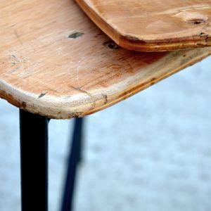 Sklejka po oczyszczeniu może posiadać różne drzazgi, zatarcia...Drzazgi należy dokładnie zeszlifować. Fot. Deco-Szuflada