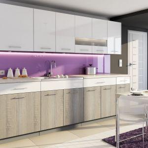 Kuchnia Luxe Bianco w kolorze dąb truflowy to modne połączenie bieli w połysku z dekorem drewnianym. Fot. Stolkar