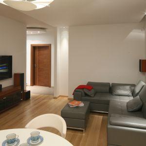 W salonie minimalistycznym dominują gładkie powierzchnie, połyskujące fronty oraz proste w formie meble. Projekt: Kuba Kasprzak, Paweł Pałkus. Fot. Bartosz Jarosz