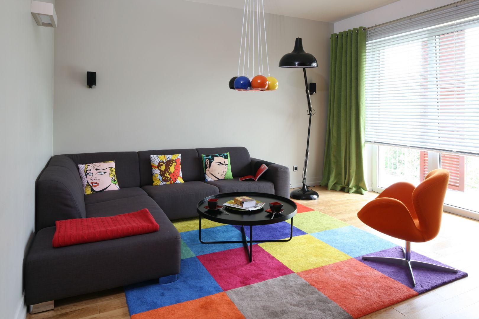 Kolorowe akcenty wnoszą do wnętrza ciekawy wyraz. Mimo, że meble ograniczono tu do minimum, pokój wcale nie wydaje się pusty. Projekt: Dorota Szafrańska. Fot. Bartosz Jarosz