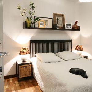 Półka nad łóżkiem to dość odważny element wnętrza. Można na niej eksponować dekoracje oraz rodzinne pamiątki. Projekt: Marcin Lewandowicz. Fot. Bartosz Jarosz