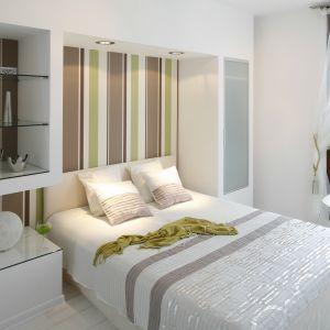 Ciekawym pomysłem w sypialni jest zabudowa za łóżkiem. Dzięki niej wnętrze zyskało miejsce do przechowywania. Projekt: Jolanta Kwilman, Agnieszka Kobylańska. Fot. Bartosz Jarosz