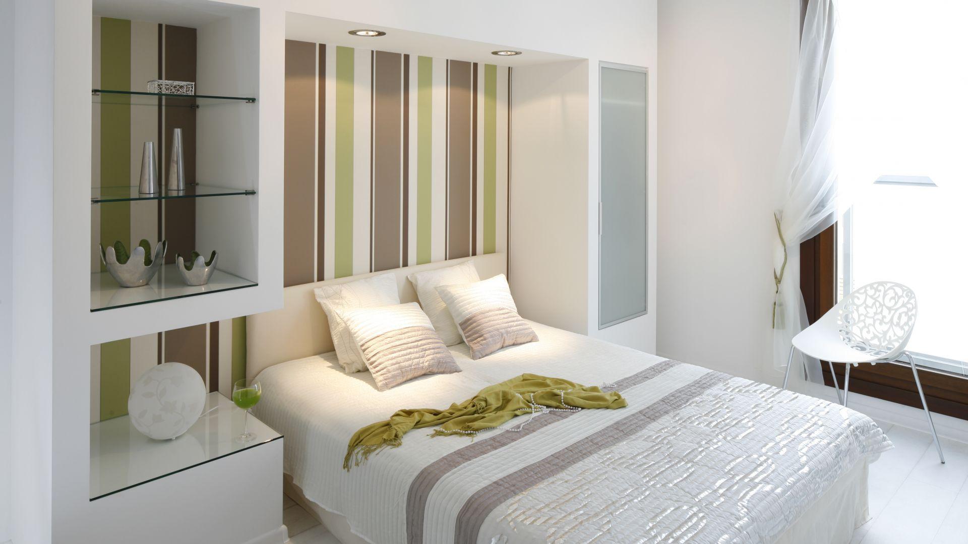 Ciekawym pomysłem w sypialni jest zabudowa za łóżkiem. Dzięki niej sypialnia zyskała oryginalny wygląd i miejsce do przechowywania. Projekt: Jolanta Kwilman, Agnieszka Kobylańska. Fot. Bartosz Jarosz