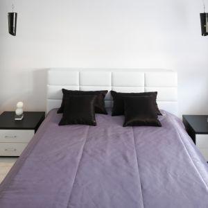 Meble do małej sypialni powinny być lekkiej konstrukcji, mieć opływowe kształty, bez odważnych zdobień i wyrazistych wzorów. Najlepiej się sprawdzą oczywiście te w jasnej kolorystyce. Projekt: Joanna Ochota. Fot. Bartosz Jarosz