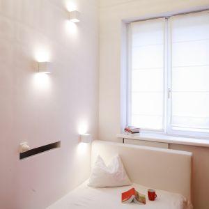 Dużo naturalnego i sztucznego światła oraz białe meble to najlepsze rozwiązanie do małych wnętrz. Projekt: Agnieszka Żyła. Fot. Bartosz Jarosz