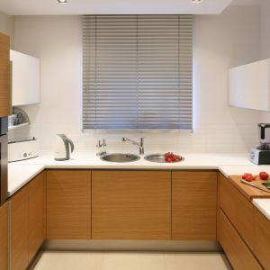 Kuchnia w kształcie litery U. Białe, górne szafki odświeżają wnętrze, nadają mu lekkości, a także przestrzeni. Projekt: Luiza Jodłowska. Fot. Bartosz Jarosz