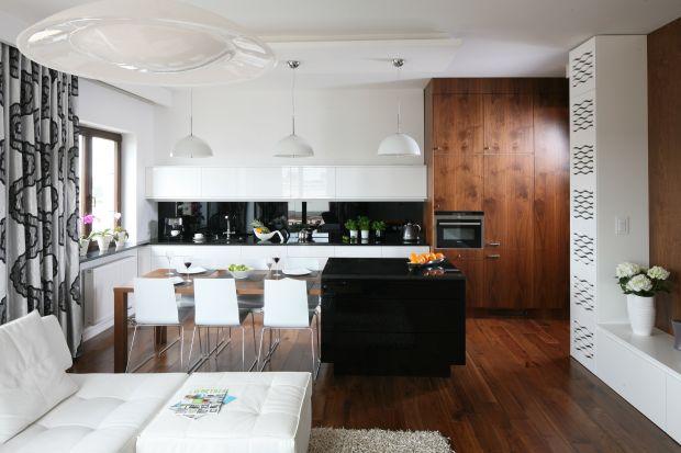 Białe meble do kuchni ocieplone drewnem nie tracą na popularności. Sprawdź jak pięknie prezentują się w kuchni.