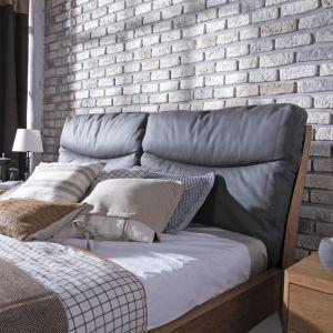 Sypialnia Dream wykonana jest z dębu o barwie bursztynu. Antracytowe skórzane wezgłowie i kamień na frontach szuflad to ciekawe elementy kolekcji. Fot. Swarzędz Home