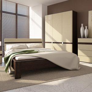 Sypialnia Tre to połączenie wiśni malaga z beżem w wysokim połysku oraz aluminiowymi dodatkami przy frontach. Fot. Szynaka Meble