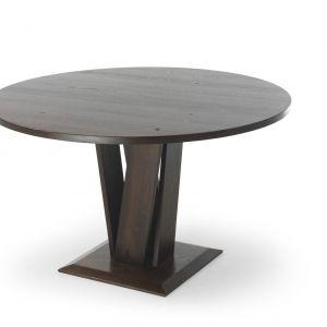 Okrągły stół Pulito, wykonany z drzewa dębowego, o orzechowym ubarwieniu. Blat stołu średniej grubości jest bardzo wygodny i praktyczny. Podstawa stołu w postaci kilku splecionych drewnianych desek, tworzy niepowtarzalny efekt. Fot. Congrazio