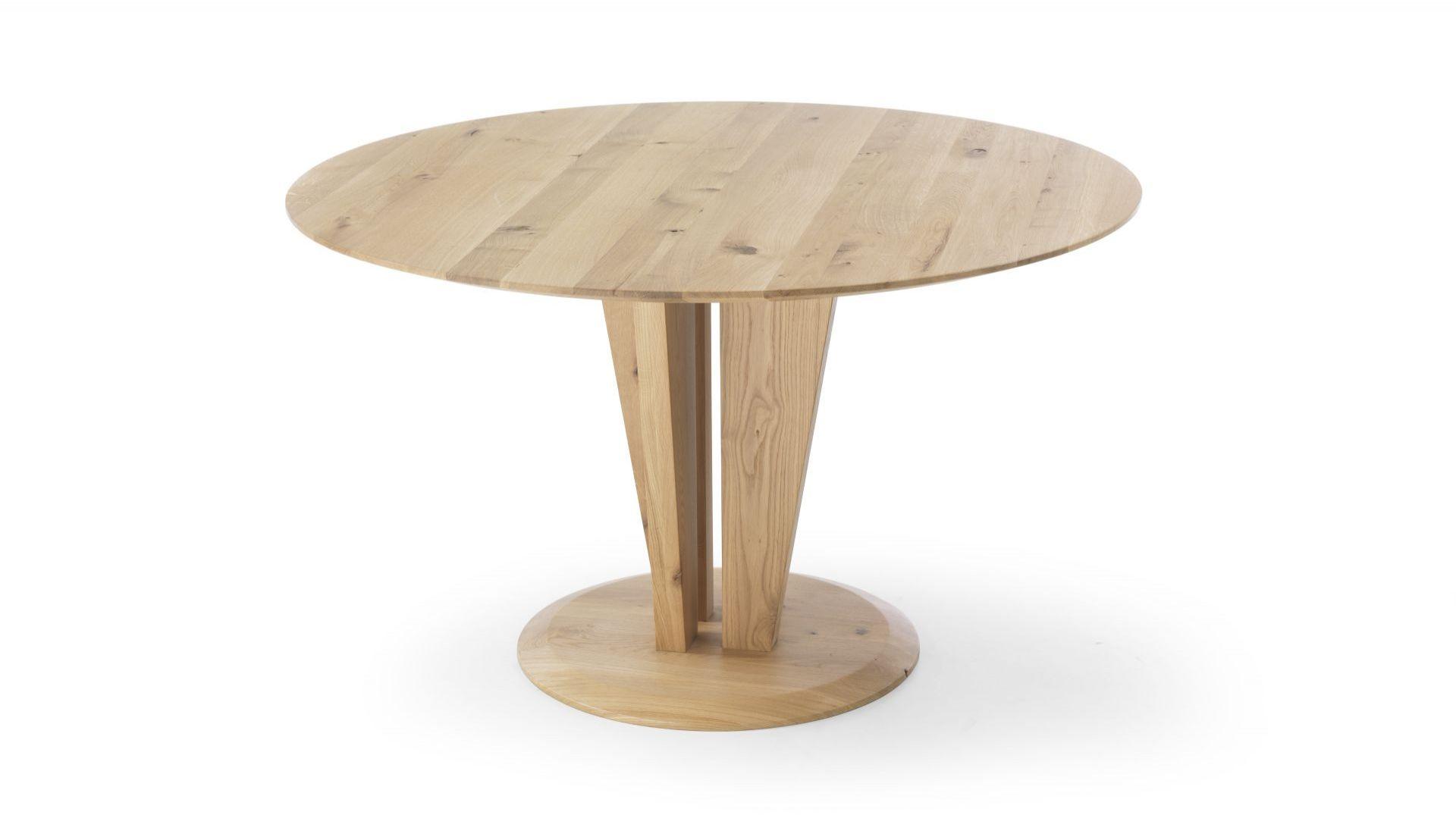 Okrągły stół Risoluto, wykonany z drzewa dębowego, o klasycznym ubarwieniu. Cienki blat stołu średniej grubości jest bardzo wygodny i praktyczny. Fot. Congrazio